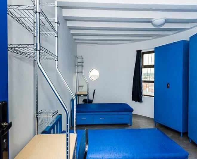 内部设计以简洁为主,采用了各种明亮的色彩,使房间具有现代感。除了公寓单元房,每一个楼层还设有电脑房、游戏房、公共洗浴室和厨房,另外,还提供健身、免费上网和本地大学班车服务。为降低能耗室内采用了热水泵和莲蓬喷头等设计,以减少支出。