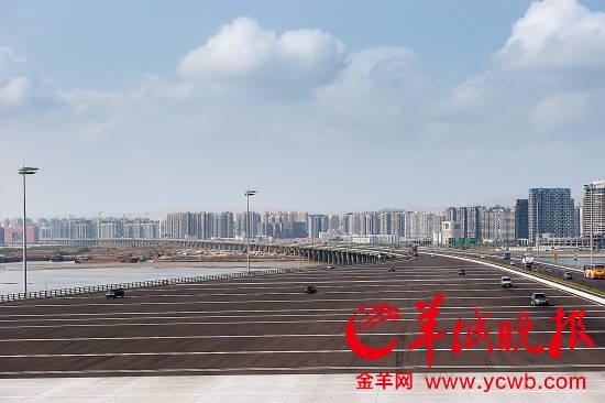沿江高速进入深圳前海收费站前的开阔场地,收费站前很少出现车多排