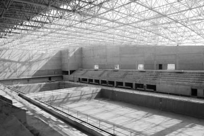 阶梯平台则传递着它的规模;与体育馆临近的游泳馆目前正在进行钢结构