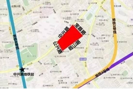 地王的地理位置 这是自2004年土地招拍挂以来,上海内环内首次出让的住宅地块,不但地块面积大,而且地段优越,该地块距离上海火车站、外滩直线距离均约两公里左右,起拍价46亿元。 不过,和其他中心城区宅地一样,该地出让条件较为严苛: 中小套型住宅建筑面积不得低于80.0%,计79022.