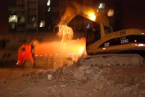 晚上挖掘机还在装车-直击邢台秀兰小区垃圾清运 业主呼吁拆除广告牌
