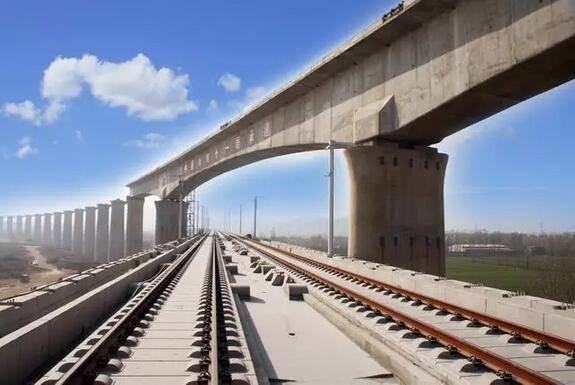 这条铁路线,对于杭州西部各县市来说,意义非凡,目前沿线的富阳、桐庐、淳安等地,都没有通过铁路,建德唯一一条客运铁路金千铁路也已经在2009年结束客运。 对于淳安、建德、富阳等地的市民来说,家门口终于通高铁了。根据规划,整条杭黄铁路2018年建成通车,之后从火车东站出发,大约10分钟到杭州南,15分钟到富阳,25分钟到桐庐,35分钟到建德,从杭州到黄山最快只要一个半小时。终点站黄山北站,距黄山风景区约50公里,坐汽车差不多半小时。 串起世界级旅游线 除了出行便捷,杭黄高铁另一个最重要的特点就是它将一