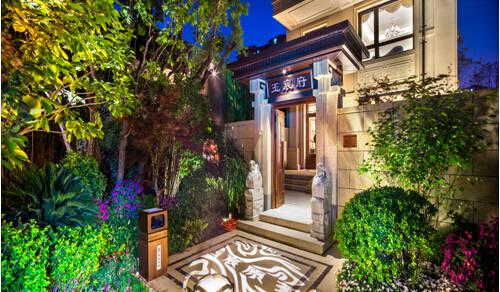 设计,将室外空间化,南向可以俯瞰私家庭院,北向则营造出一座空中花园.