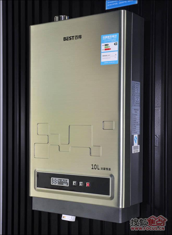 百得燃气热水器JSQ18-10LH功能评测   百得燃气热水器JSQ18-10LH采用冷凝换热技术,是一款宽频自动恒温热水器。冷凝式燃气热水器能够更好地省气节能,因为其把排烟热损失变成了有用热,冷凝式燃气热水器可比普通燃气热水器节能10%以上;而恒温燃气热水器能有效地解决洗澡时水温时大时小的问题。   百得这款燃气热水器JSQ18-10LH热水器外观现代时尚,金色拉丝面板搭配睿智黑色的控制面板,控制面板上除了动态显示屏外,只有三个按钮,塑料薄膜按钮手感舒适。轻触按钮即可设定温度,轻松调节水温。在设定的时候