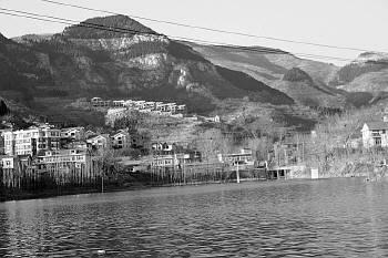 济南新闻 正文        卧虎山水库附近一些野别墅被拆成了废墟   12月