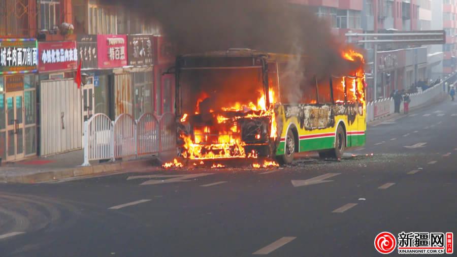 正在燃烧的104路公交车