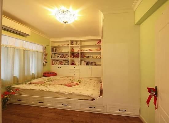 小户型的屋子在进行的装修的时候客户往往看重的是在狭小的空间里装修的屋子既漂亮空间看上去还很大,所以为了节省空间,为了漂亮,为了实用,榻榻米已经慢慢的入侵到装修的每家每户了。装修没有榻榻米,那就out了!下面就让小编为大家介绍一下榻榻米有哪些优势:  一、实用性与艺术性的完美结合 有人曾经说,在榻榻米上生活,就好像事在舞台上表演人生一样,是高度艺术化了的,雅俗共赏,是源于生活适于生活的艺术。