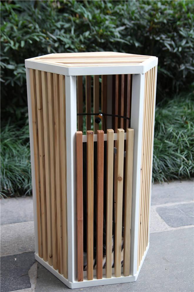 使用材料:玻璃钢、玻璃、钢   作品介绍:现代社会进入转型期,上海作为一部巨大的现代化城市机器,负荷着千万以上人口的日常生活,并在此过程中所产生的废弃物品也与日俱增。本次主题为再生,我们这个创作团队由艺术家王辉,建筑师彭武,设计师Claudio Colucci组成,将会从艺术性、结构性和视觉性的不同角度各自创意再组合成一件作品来表达一个完整的观点,试图以跳跃、不受控制的形式反映社会文化间的碰撞与重组。 三位主创者来到制作合作伙伴上海形家广告设计有限公司的工厂。面对安静的堆砌在工厂的物料区域的