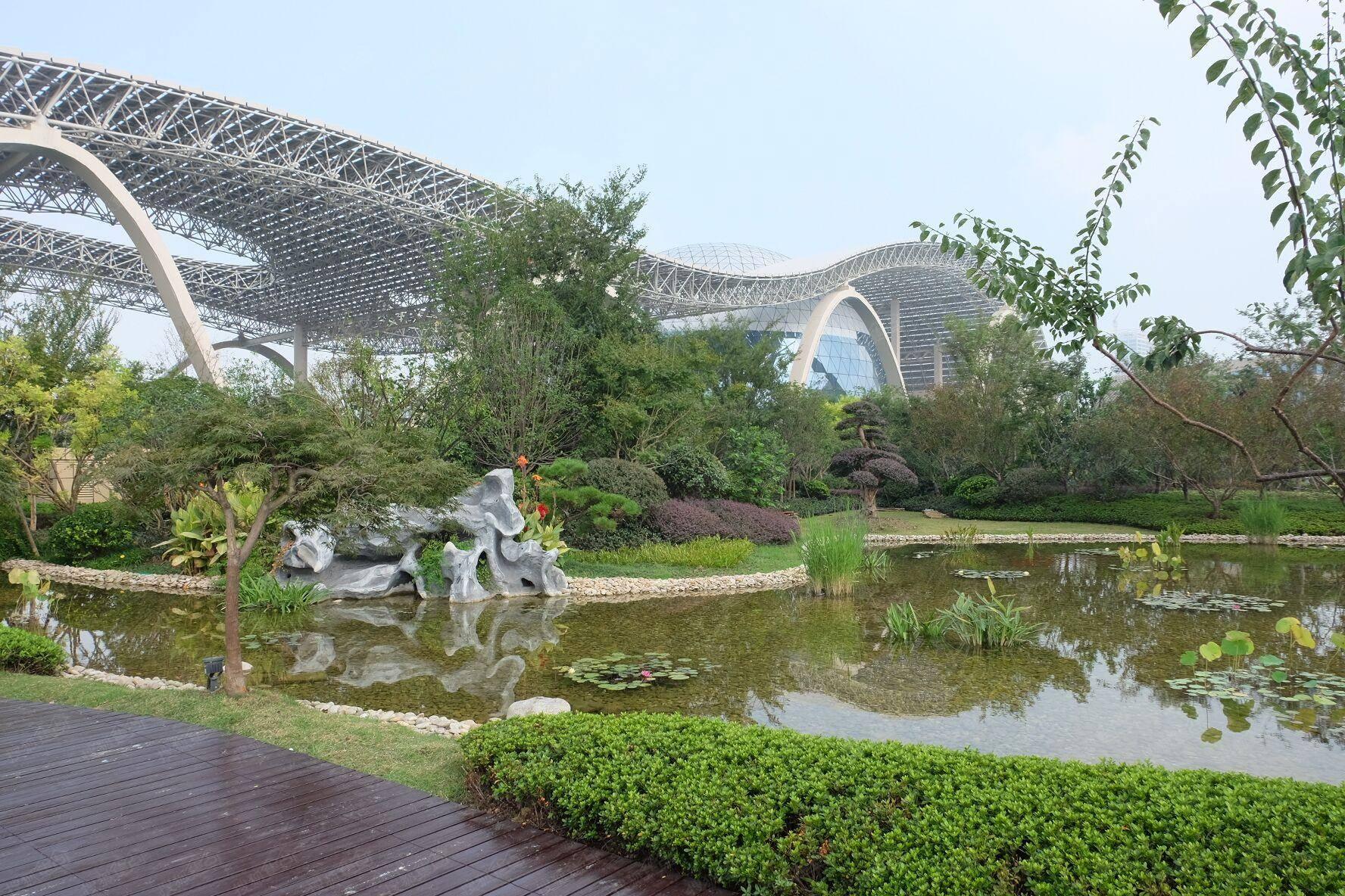 空中花园 这座屋顶花园不仅充满了浓浓的江南韵味,还拥有1万多株各类苗木树木,不仅为主会场增添了一抹绿色,更是杭州国际博览中心坚持绿色环保理念的佐证。据悉,这座屋顶花园除了降温隔热、美化环境、净化空气外,其景观水源均来自博览中心屋面的雨水回收利用系统,水源可以循环使用,鱼池里的水、水幕玻璃墙的水也都是取自附近的河水。 目前,杭州国际博览中心暂未对公众开放,但每天已有不少游客来到博览中心外围参观。据悉,后期待博览中心进一步完善后,公众将有机会进入博览中心参观,亲临G20杭州峰会主会场现场感受。